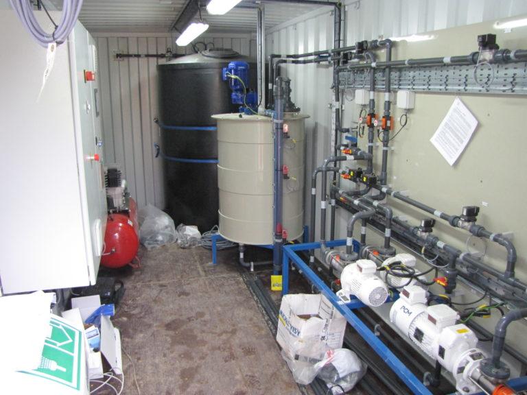 Container pour la projection de produits de traitement sur du sable